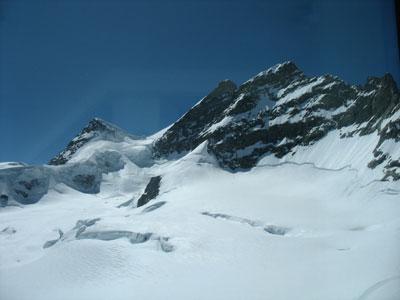 Schnee, kahle Bergspitzen