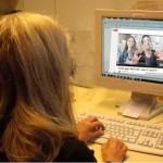 Frau vor Bildschirm mit Youtube