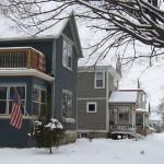 Häuserreihe im Schnee