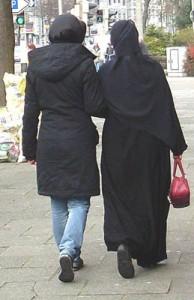 zwei Frauen, Rückenansicht