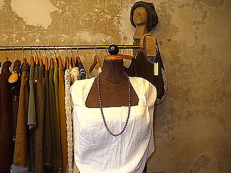 Modebüste mit Oberteilentwurf aus weißem Stoff