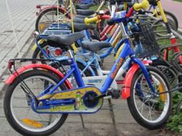 Viele bunte Kinderfahrräder