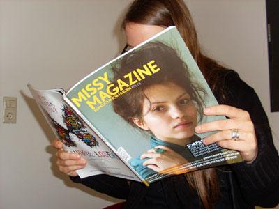 Frau liest Zeitschrift