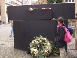 Antisemitismus, rechteckige Skulptur, rechts stehende Frau