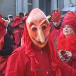 Mensch mit roter Maske